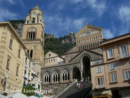 La Cattedrale di Sant'Andrea domina la piazza principale della città