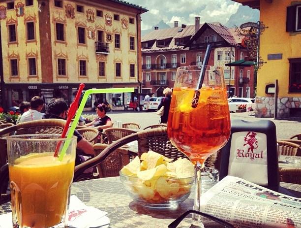 Drei Luxusreiseziele in den Bergen im Sommer in Norditalien