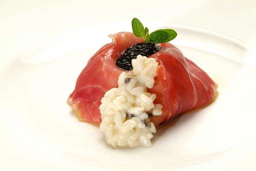 Carbonara-Reis mit Caciofiore-Käse, schwarzen Trüffeln