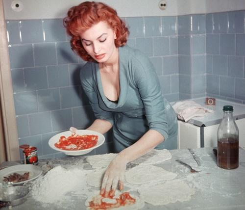 "Sophia Loren prepares an Italian pizza - ""EAT WELL, BE CHIC""!"